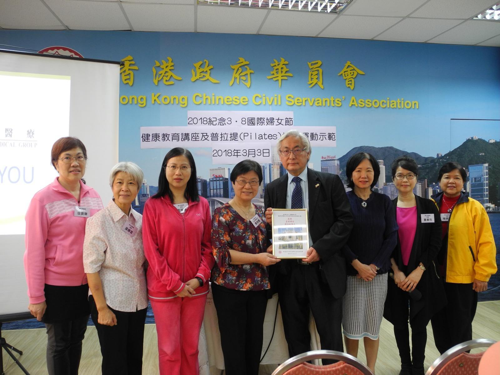 婦女委員會委員與劉孟蛟醫生合照